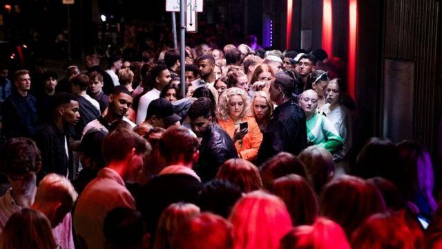 Толпа у входа в ночной клуб в Копенгагене