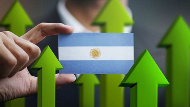 La bandera argentina con flechas indicando hacia arriba