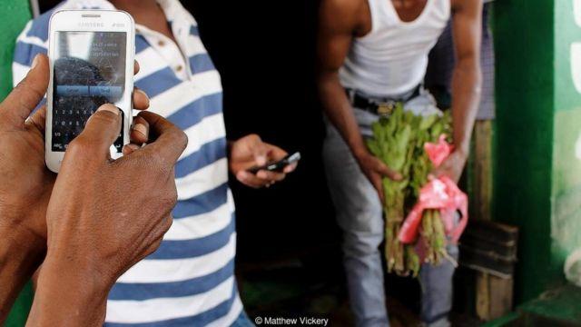 Di Somaliland, pedagang dan pembeli bertransaksi secara digital dengan menggunakan program ponsel sederhana yang tidak membutuhkan akses internet.