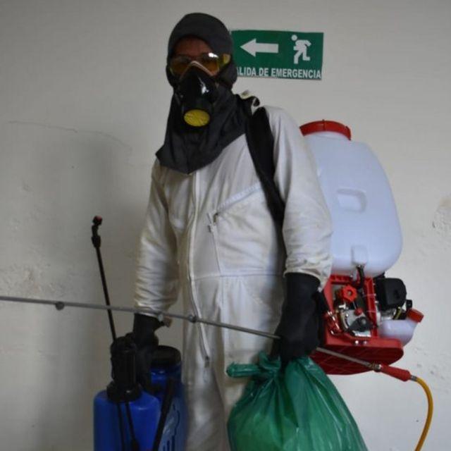 Trabajador del hospital de San Rafael en Leticia, Colombia