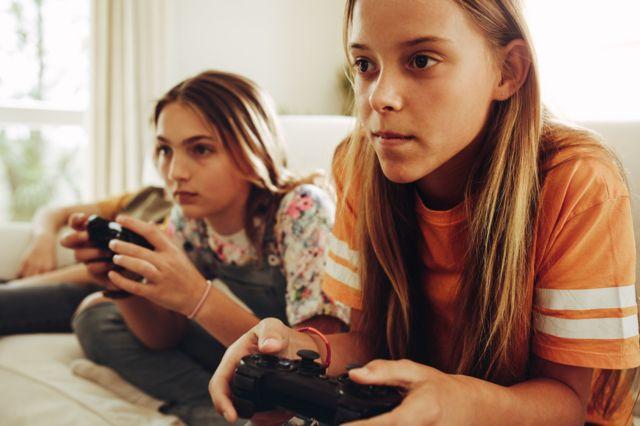 Подростки, играющие в видеоигры