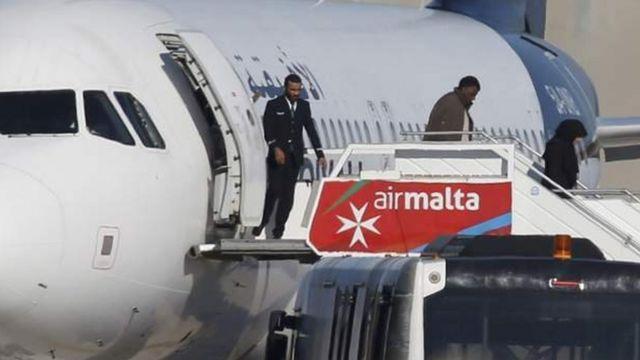 Des femmes et des enfants figurent parmi les premiers passagers libérés