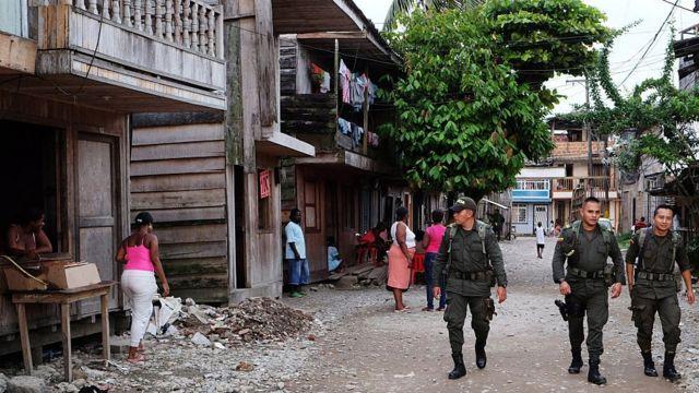 Policía patrulla en Colombia