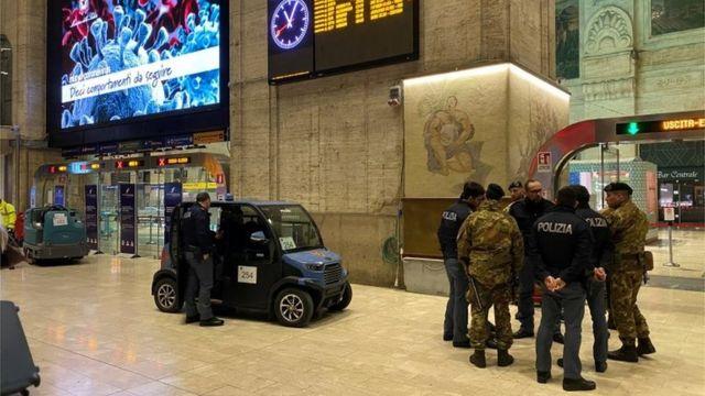 Policías y militares se preparaban la noche del sábado para la entrada en vigor de la cuarentena en Milán.