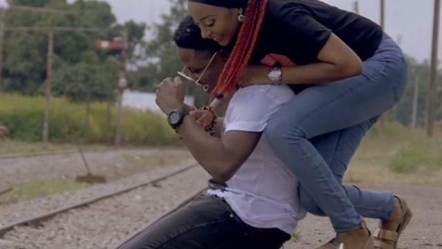 नाइजीरिया की अभिनेत्री रहमा सदाउ म्यूजिक वीडियो में पॉप स्टार के साथ