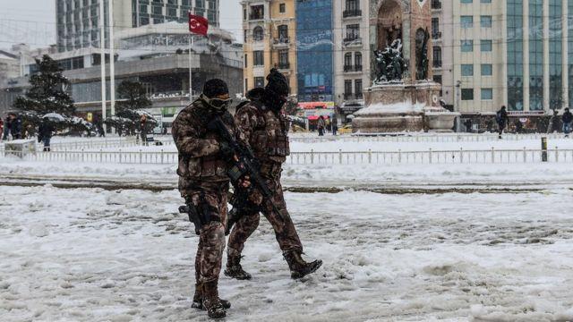 Türkiyə xüsusi qüvvələri qarla bürünmüş Taksim Meydanında patrul edirlər.