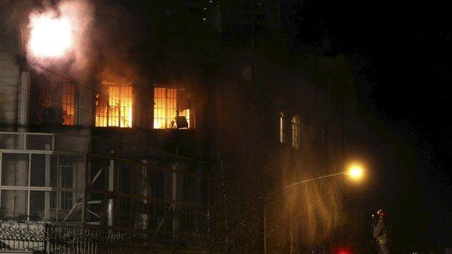 ソーシャルメディアに掲載された未確認動画には、テヘランのサウジ大使館が襲われ放火されているとみられる様子が映っている。