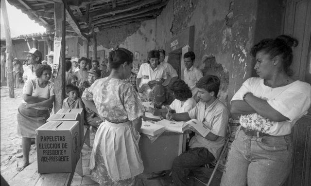 """Arcatao, 1994. Primeras elecciones después de la guerra en una de las eran consideradas """"capitales"""" guerrillera en el conflicto."""