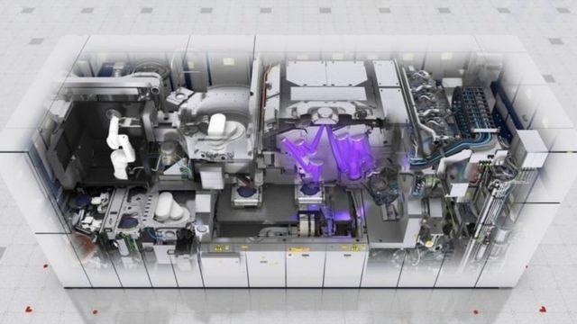 ایاسامال در حال حاضر تنها سازنده دستگاههای لیتوگرافی به وسیله اشعه ماوراء بنفش است