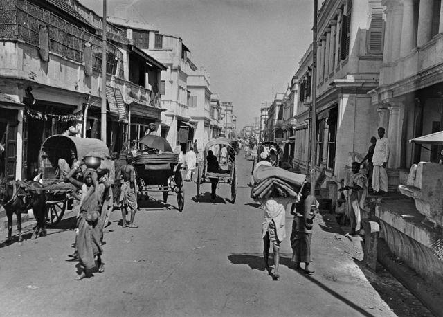 1935ஆம் ஆண்டு எடுக்கப்பட்ட இந்த புகைப்படம், அக்கால சென்னை நகர வீதியின் நடப்பை காட்டுகிறது.