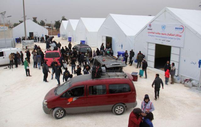 En Idlib, refugiados de otras partes del país pasan por campamentos temporales.
