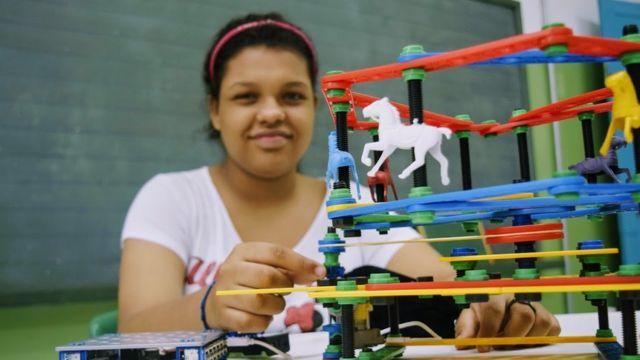 Julia, 14 anos e seu carrossel-robô; projeto melhorou leitura, interação com os colegas e autoestima