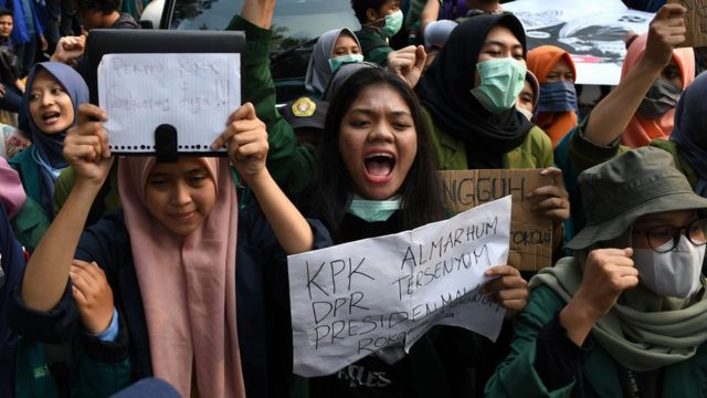 Sejumlah mahasiswa berunjuk rasa di Jalan Merdeka Barat, Jakarta, Kamis (17/10/2019). Massa pengunjuk rasa menuntut Presiden Joko Widodo mengeluarkan Perppu terkait Undang-undang KPK.