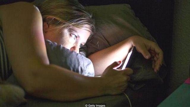 सोते हुए मोबाइल का इस्तेमाल