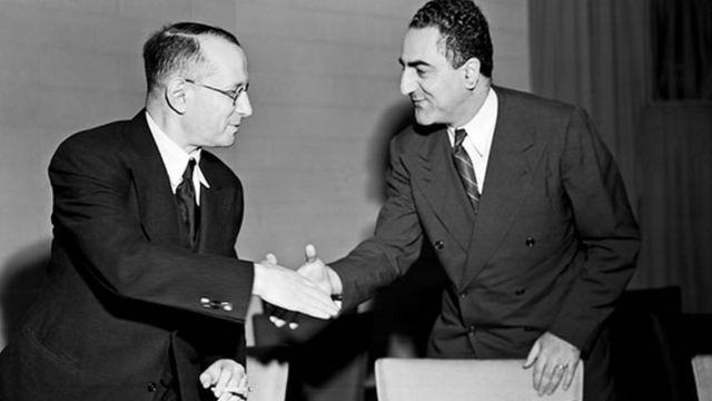 Representante da União Soviética cumprimenta um dos redatores da Declaração Universal, Charles Malik