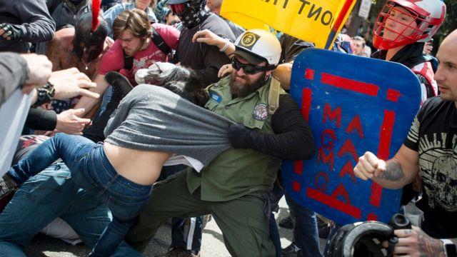 Berkeley şehrinde Trump karşıtları ve destekçileri arasında çatışmalar çıktı.