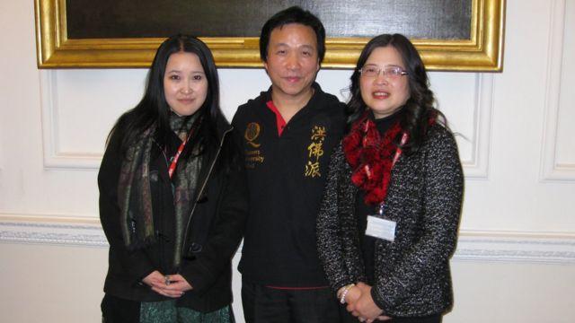 英國北愛爾蘭女王學院信息和通訊技術學老師呂玉山BEM(Yuk Shan LIU BEM,中立者)與妻子和女兒合照