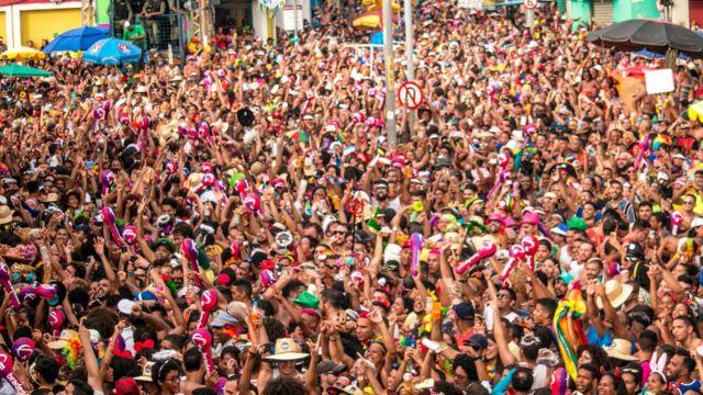 Multidão em rua do Recife durante desfile do Galo da Madrugada no ano passado
