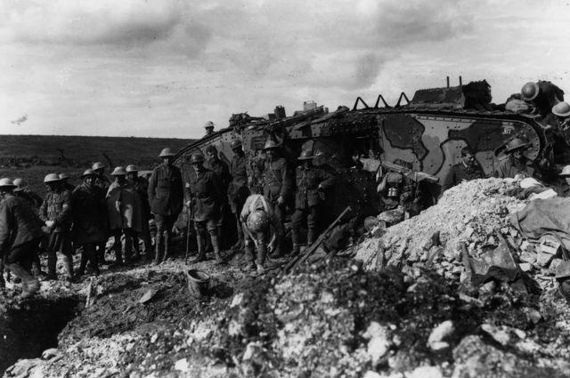 Солдаты на фоне танка