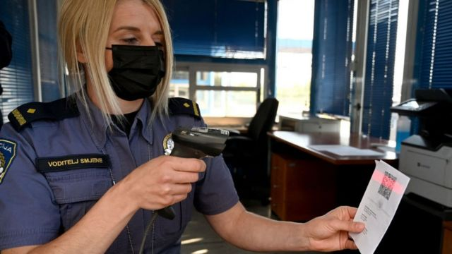 Первые ковид-паспорта уже в ходу. Проверка на словенско-хорватской границе 2 июня 2021 года