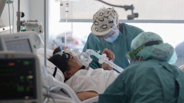 Заболевшая ковидом пациентка в Барселоне