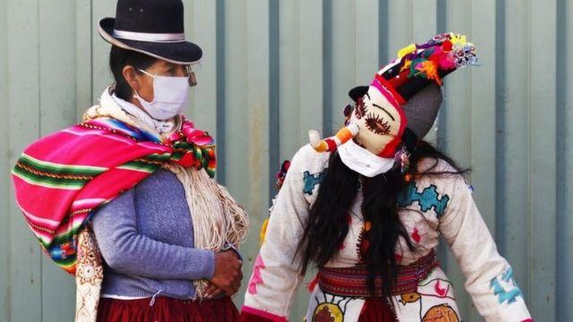 Peruanos com roupas tradicionais