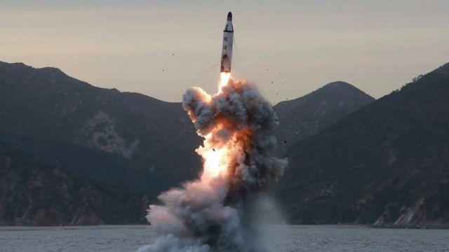 """Foto sem data da Agência de Notícias Norte-coreana, a agência estatal, mostra um """"lançamento-teste de um míssil balístico submarino"""" realizado na Coreia do Norte"""