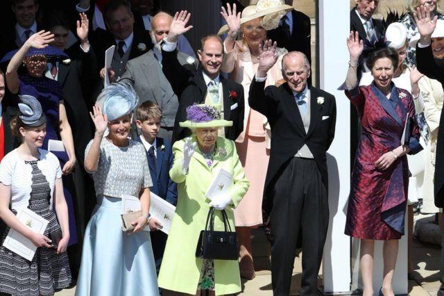 El duque de Edimburgo se retiró de sus tareas oficiales en 2017. En esta foto se le ve junto a la reina Isabel II y otros miembros de la familia real durante la boda de los duques de Sussex en mayo de 2018.
