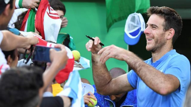 Del Potro firma autógrafos al final del partido.