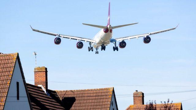 Avión sobre casas