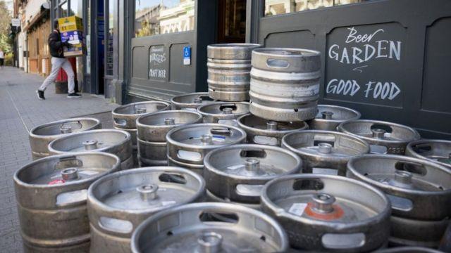 Publar ve restoranlar geçen hafta hükümetin gevşemenin gerçekleşeceğini açıklamasıyla beraber stoklarını hızlı bir şekilde yenilemeye başladı