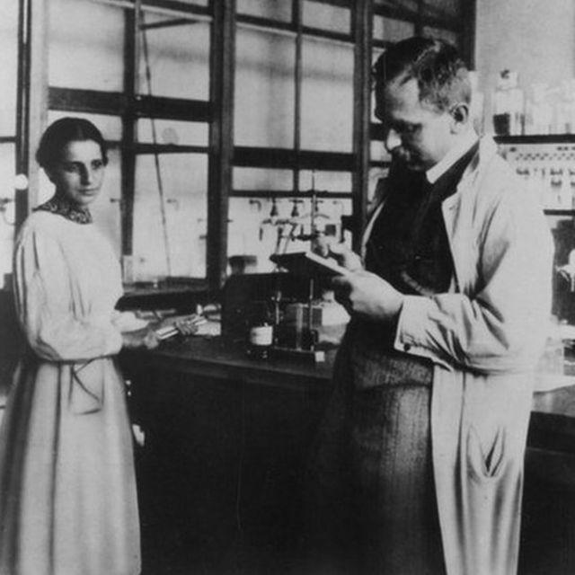 Lise Meitner (1878-1968) y Otto Hahn (1879-1968) en su laboratorio en Alemania en 1913. (Foto: Acc. 90-105 - Science Service, Records, 1920s-1970s, Smithsonian Institution Archives)