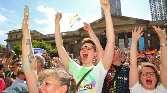 投票結果を喜ぶ同性婚支持派の人々(15日、豪メルボルン)