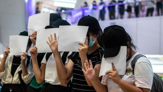 近日香港示威者多次在街頭舉起白紙,批評《國安法》打擊言論自由,部分人因舉白紙聚集被捕。