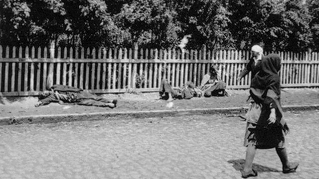 Жертви голоду. Харків, 1933 р. Фото з Колекції Кардинала Теодора Інніцира (Архів Віденської Дієцезії). Фото зробив інженер Александр Вінерберґер.