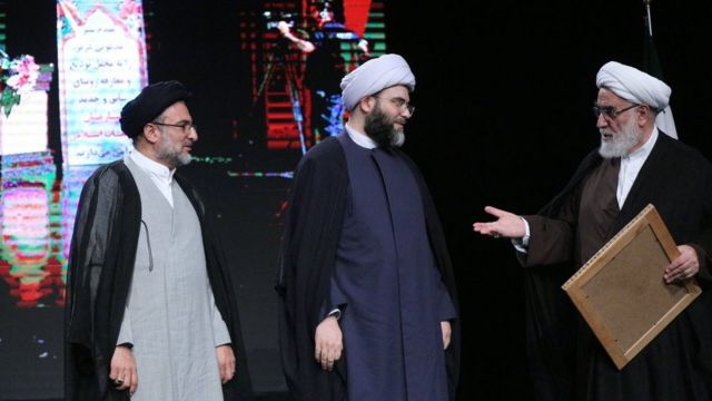 از راست: محمد محمدی گلپایگانی، رئیس دفتر آیتالله خامنهای، محمد قمی و مهدی خاموشی