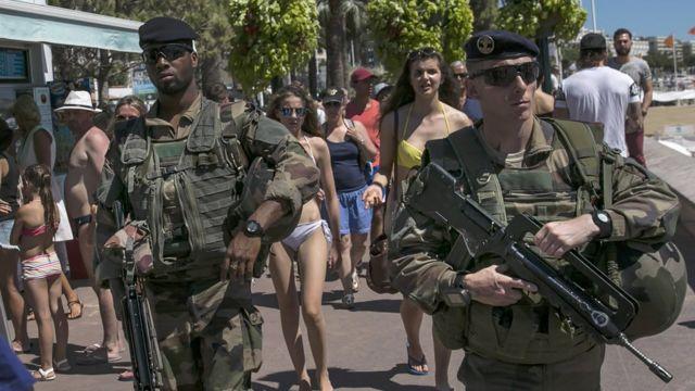 военные на пляже
