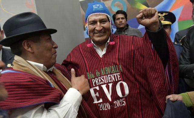 Evo Morales con un poncho