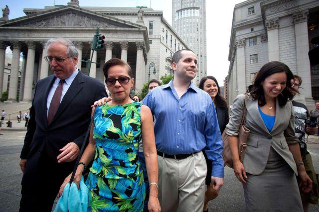 Valle, con su madre (con traje tropical) y la abogada Julia Gatto (derecha), saliendo de la corte luego de ser liberada por el juez Paul Gardephe.