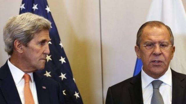 John Kerry (ibumoso) na Sergei Lavrov
