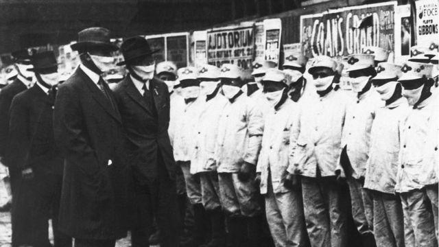 Чиновники инспектируют уборщиков в Чикаго в дни эпидемии 1918 года