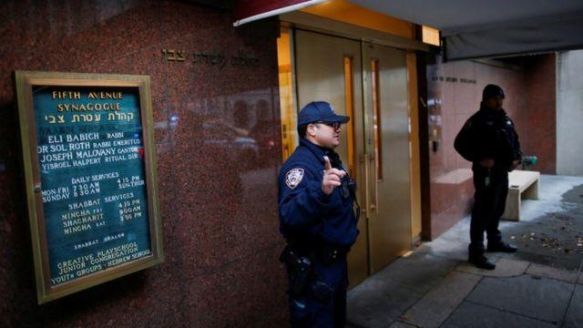 'Yan sandan New York na tsaro wani Synagogue a layin Fifth Avenue a ranar 11 ga watan Disamba 2019