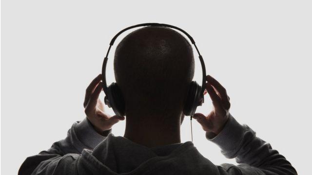 Silhueta de homem usando fones de ouvido