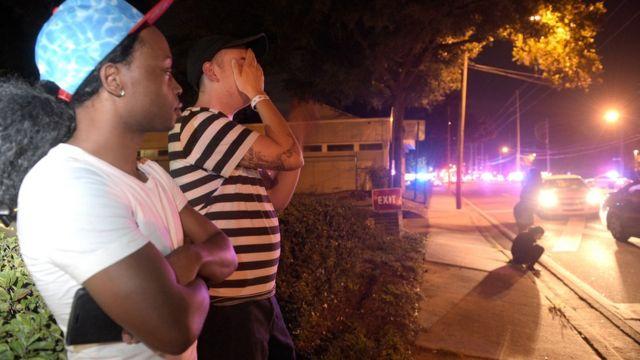 Familiares esperan por noticias frente al club Pulse.