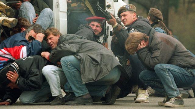 En el centro de Sarajevo, bosnios contra serbios.