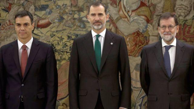 Новый премьер-министр Испании Педро Санчес (слева) с королем Филиппом VI и бывшим премьером Мариано Рахоем
