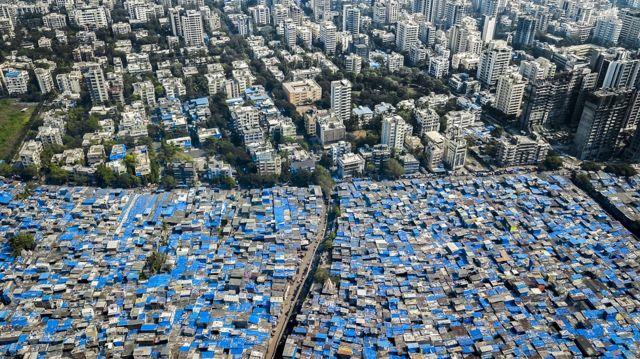 Mumbaj, Indija - plave cirade na krovovima štite od monsuna
