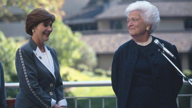 सीनियर बुश की पत्नी बारबरा के साथ जूनियर बुश की पत्नी लॉरा