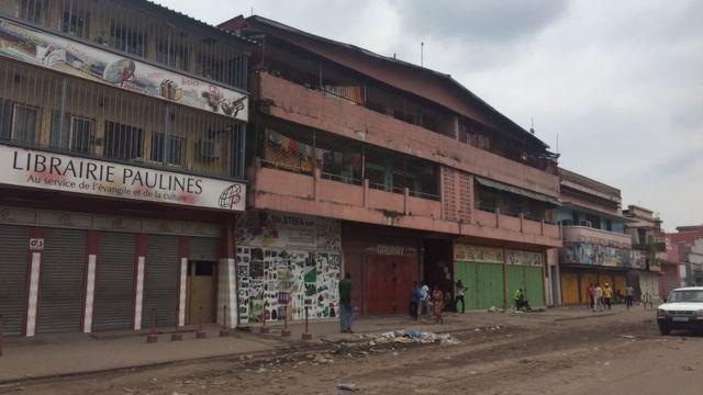 Une circulation routière fluide, qui contraste avec les embouteillages habituels à Kinshasa