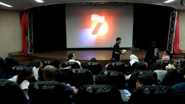 الجمهور في أول صالة عرض في جدة في يناير/كانون الثاني 2018